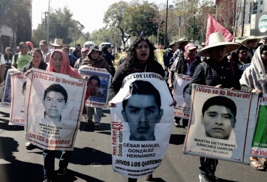 Familiares de normalistas de Ayotzinapa marchan a la Basílica