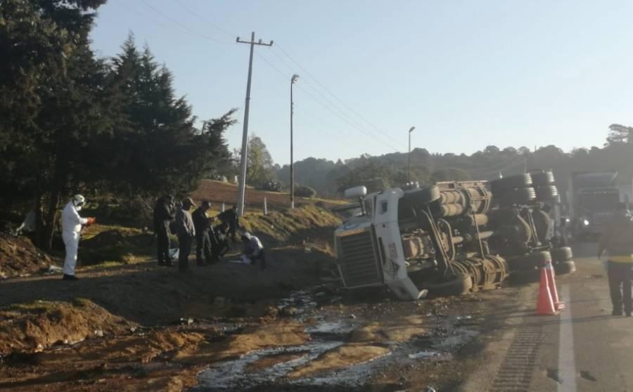Se registra volcadura de pipa con químicos en Puebla