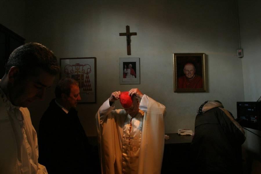 El cardenal expulsado McCarrick dio más de $600,000 a otros clérigos, incluidos dos papas, según registros