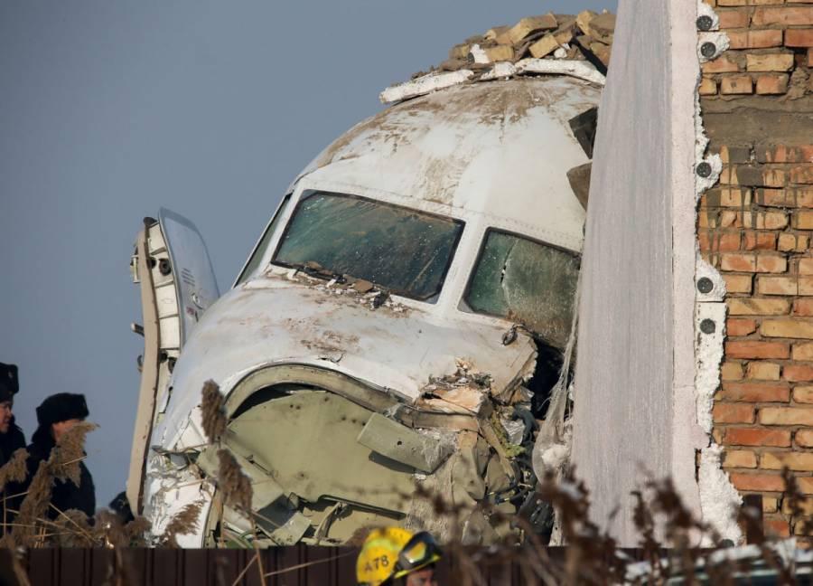 Se estrella avión con 100 pasajeros en Kazajistán; hay sobrevivientes