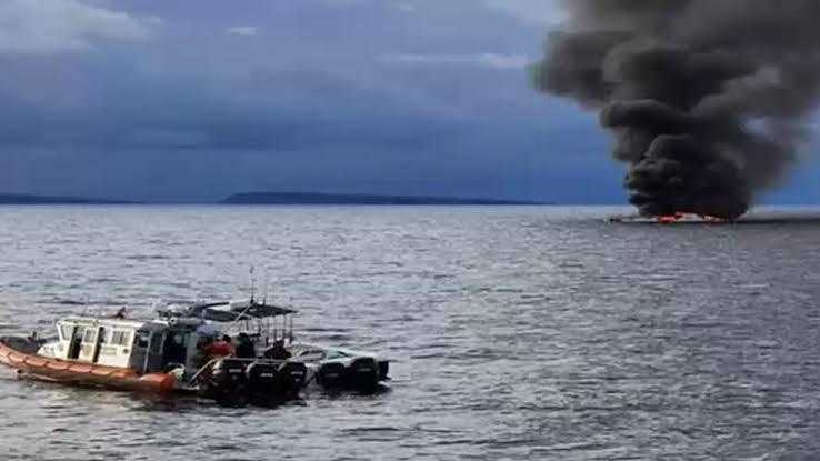 Rescata Semar a 12 personas de una embarcación incendiada en BCS