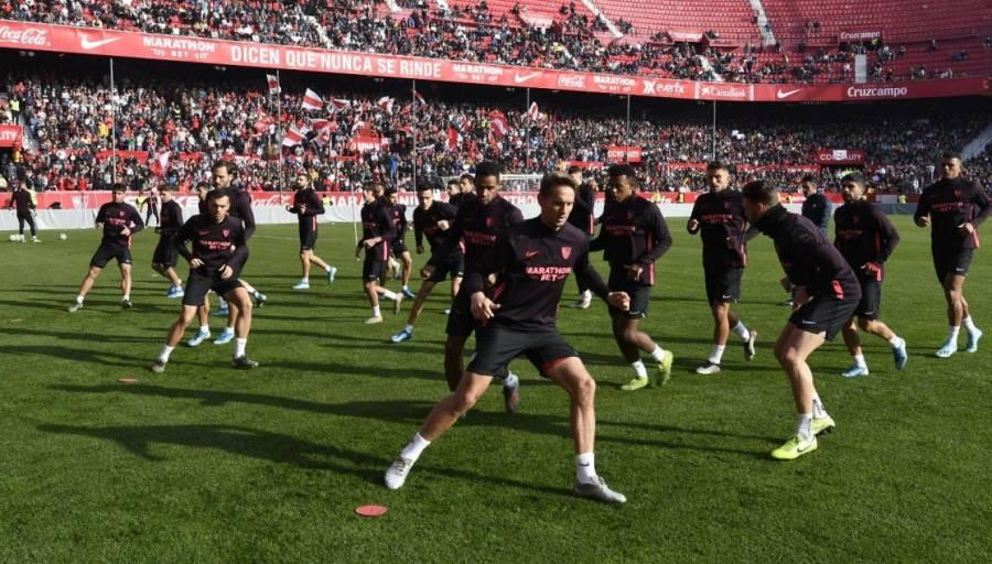 """Sevilla y """"Chicharito"""" se entregan a afición en entrenamiento"""