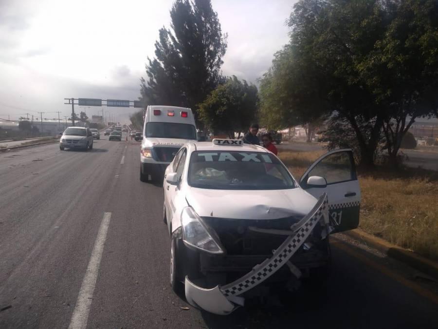 Atienden autoridades de Soledad, SLP, caída de un árbol sobre un taxi
