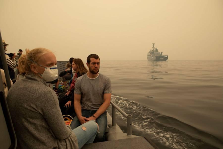Rescatan por mar a miles tras incendios en Australia