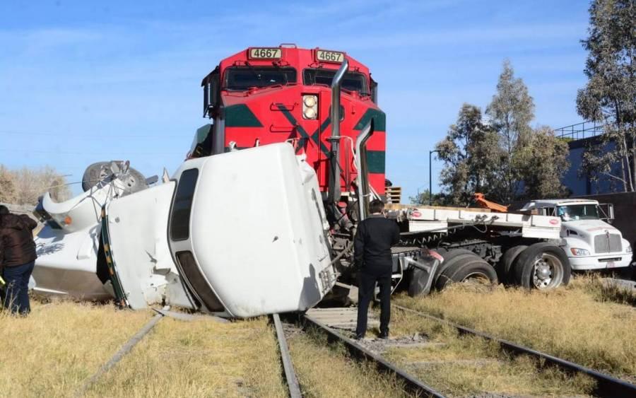 Un tráiler intentó ganarle el paso a un tren en Ecatepec y fue arrollado