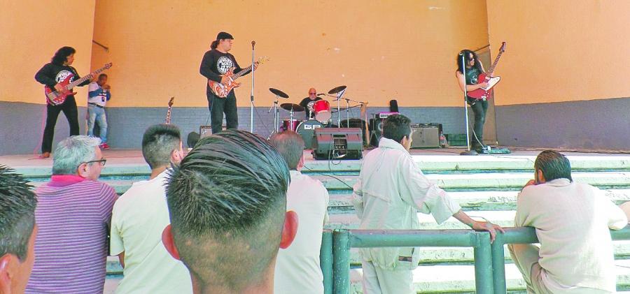 Banda de rock ofrece concierto en cárceles