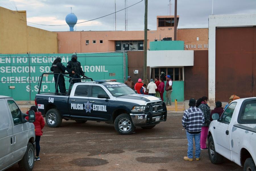 Tras riñas en Zacatecas, trasladan a 165 presos