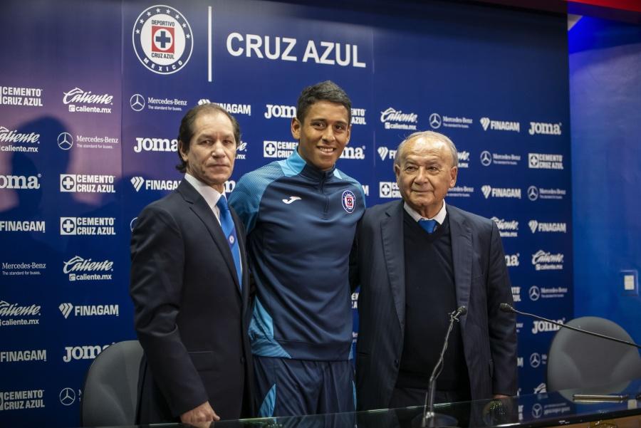 Cruz Azul presenta a Luis Romo y busca otro delantero