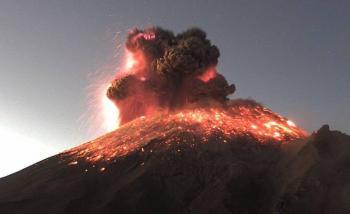 VIDEO: Popocatépetl lanza impresionante fumarola de 3 km