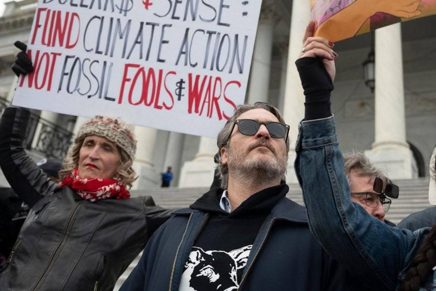 Detienen a Joaquin Phoenix por protestar contra el cambio climático