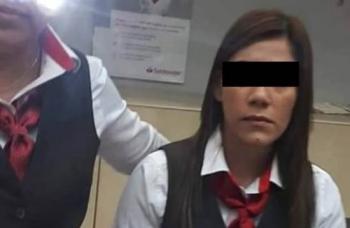 Hombre reclama a cajera de Santander después de asalto
