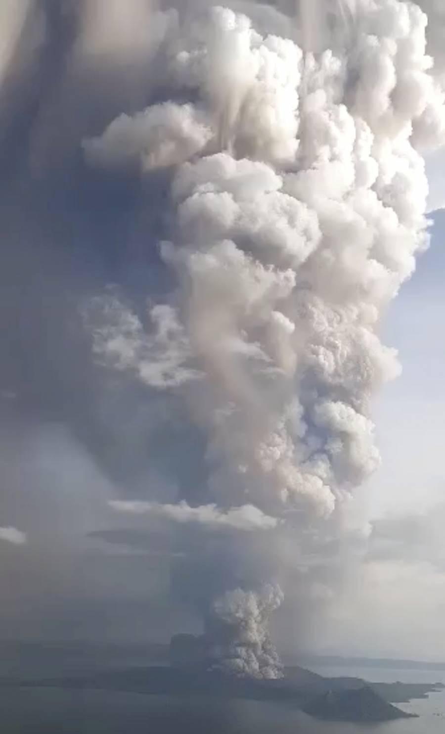 Realizan evacuaciones tras actividad del volcán Taal en Filipinas