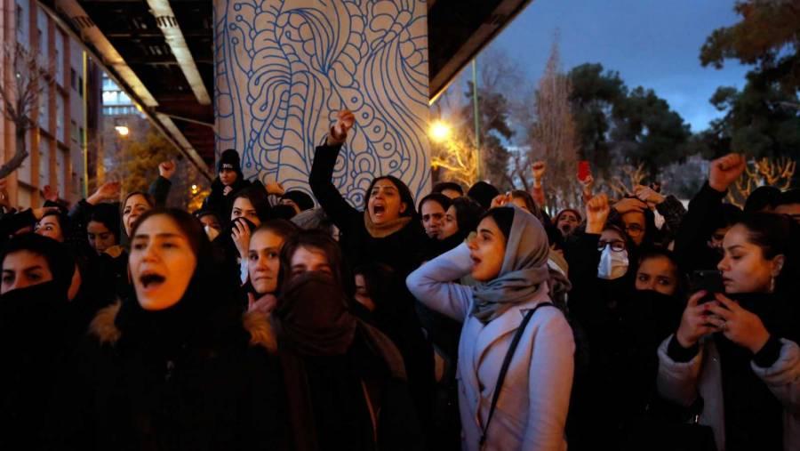 Policía iraní niega uso de armas contra manifestantes