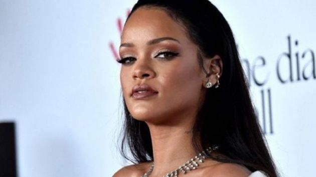 Con gran sensualidad, Rihanna presenta su nueva lencería