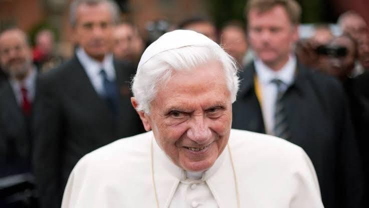 Benedicto XVI pide quitar su nombre de controvertido libro
