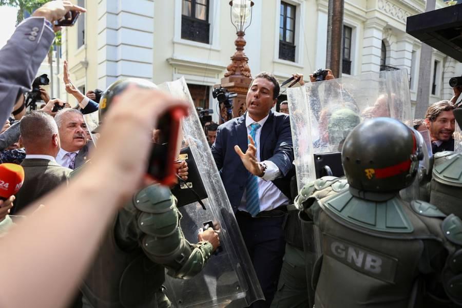 VIDEO: Paramilitares agreden a diputados opositores venezolanos