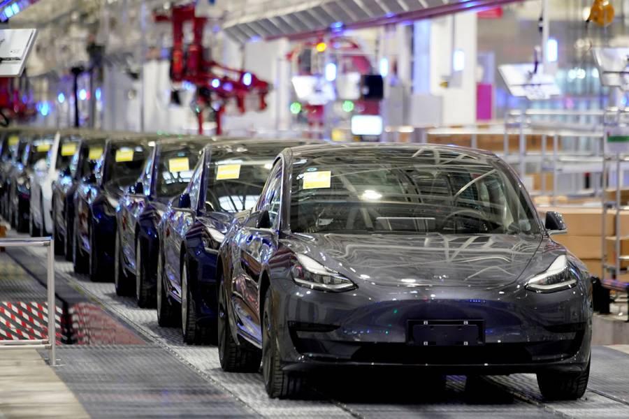 Investigarán autos Tesla tras denuncias de aceleración repentina