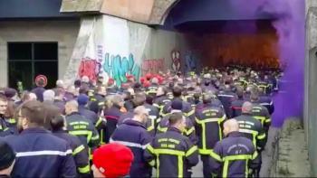 Bomberos franceses reprochan ataques repetidos, organizan marcha frente a Palacio de Justicia.