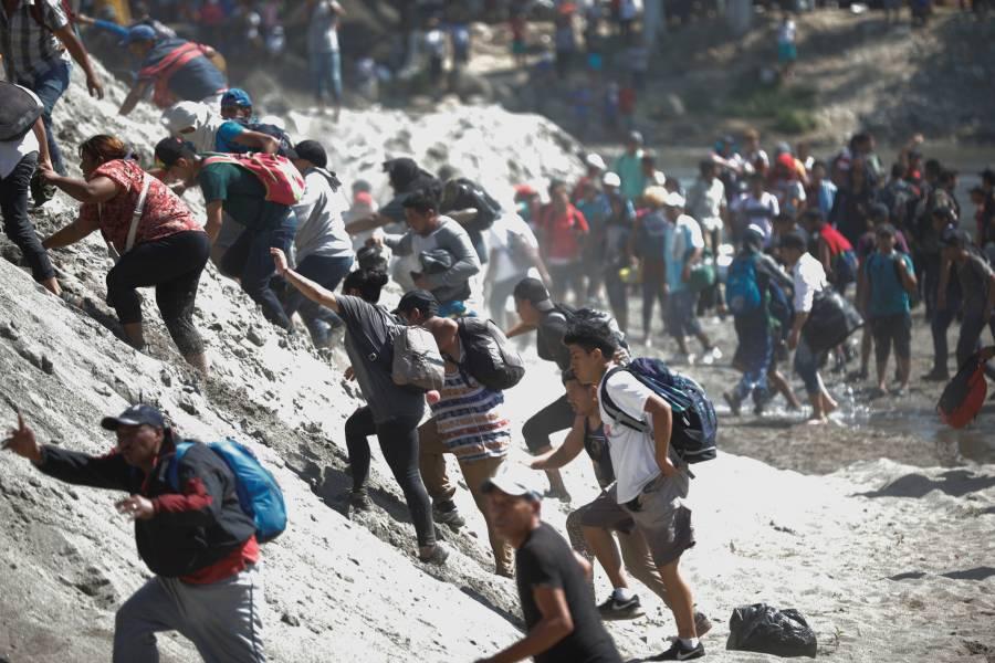 Migrantes y Guardia Nacional se enfrentan en el río Suchiate