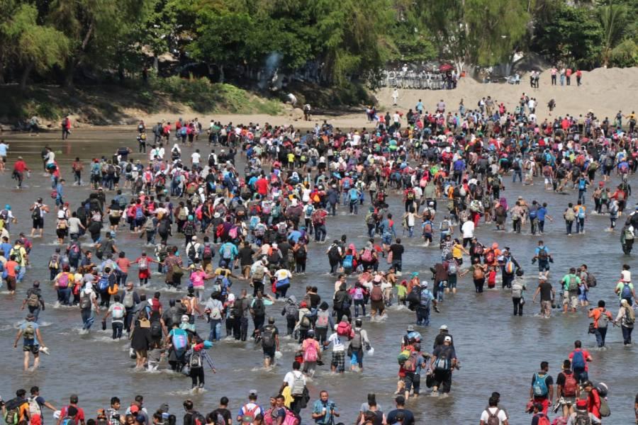 VIDEO: Migrantes centroamericanos cruzan a México por el río Suchiate
