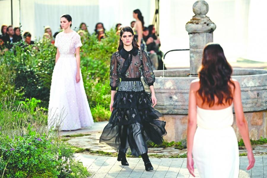 Chanel vuelve a sus diseños clásicos en blanco y negro
