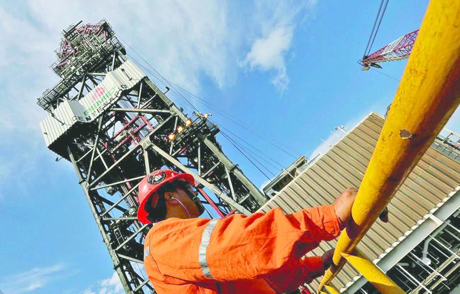 Continúa el desplome de la producción petrolera, cae 7%