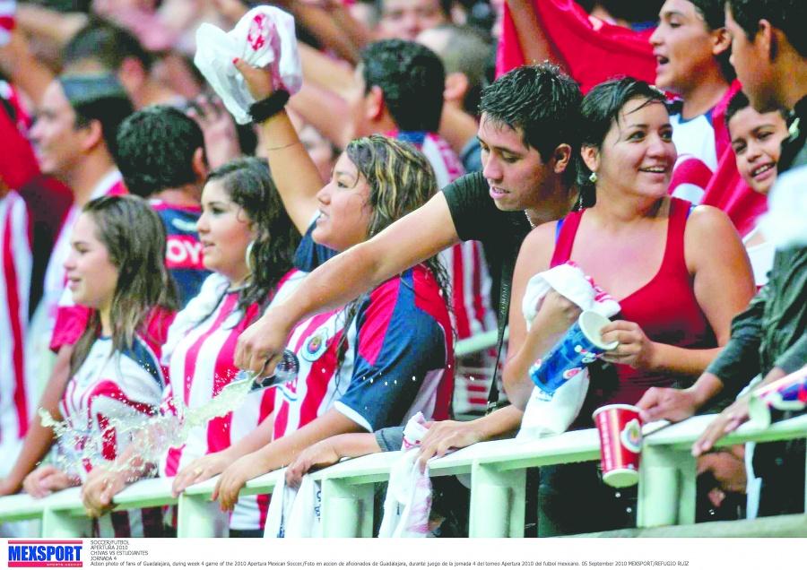 Por lanzar cerveza, Chivas veta a aficionadas del Estadio Akron
