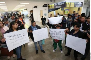 Protestan padres de niños con cáncer y cierran vialidad al AICM