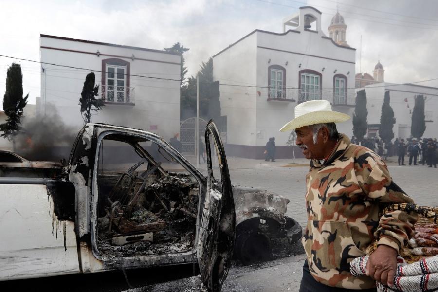habitantes de Amozoc, Puebla queman autos para exigir atención de edil