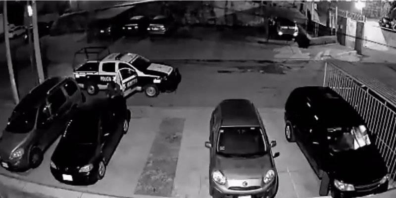 Captan a policías municipales del Edomex robando autopartes