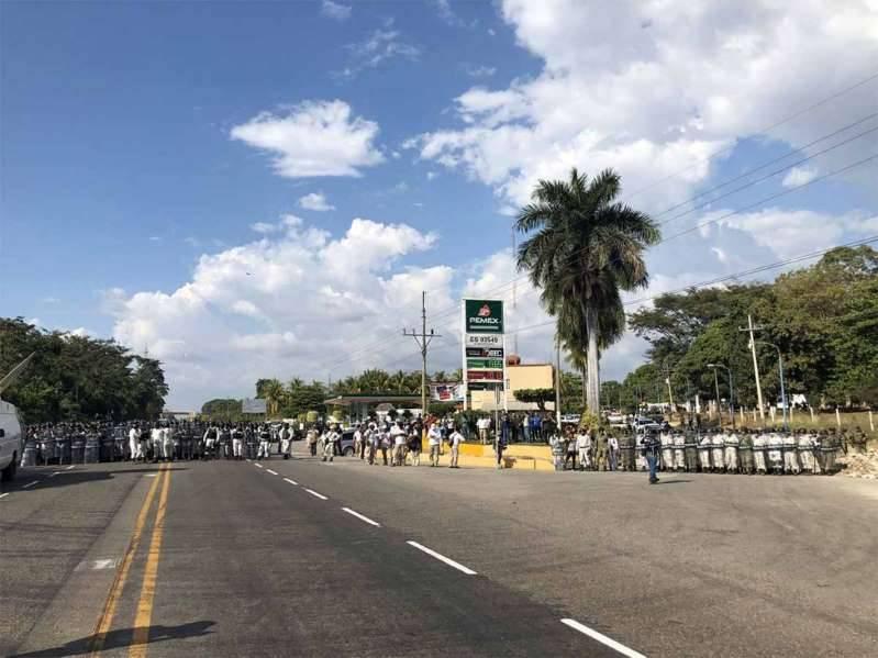 Agentes de la Guardia Nacional disuelven caravana de migrantes