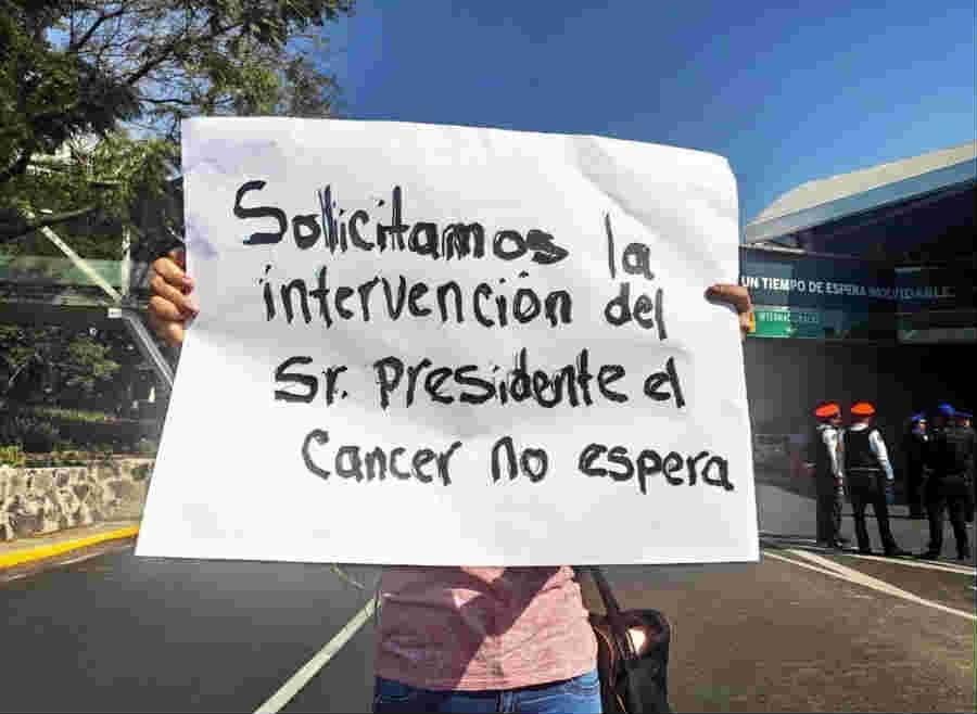 Padres de menores con cáncer piden medicamentos fuera de Palacio Nacional