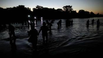 Hondureños cruzan el río Suchiate esta madrugada
