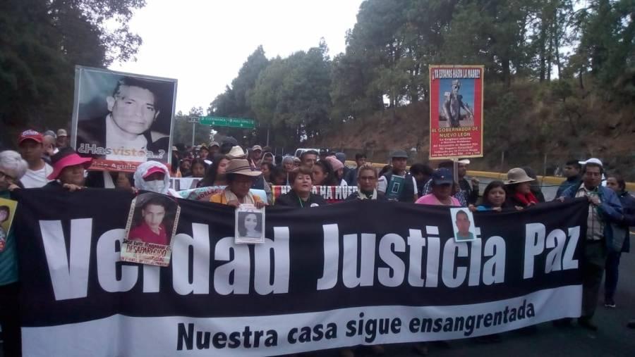 Los integrantes de la Marcha por la Paz iniciaron su trayecto hacia la caseta México-Cuernavaca cerca de las 9:50 de mañana.