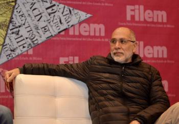 """Obtiene Guillermo Arriaga, con """"Salvar el fuego"""", el Premio Alfaguara 2020"""