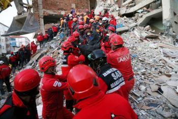 Rescatan a una mujer que pasó 17 horas bajo los escombros en Turquía