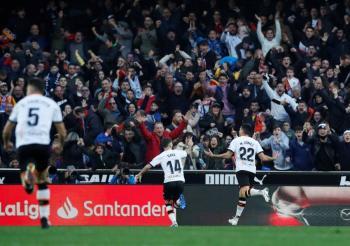 Valencia propina la primera derrota de Setién con el Barcelona