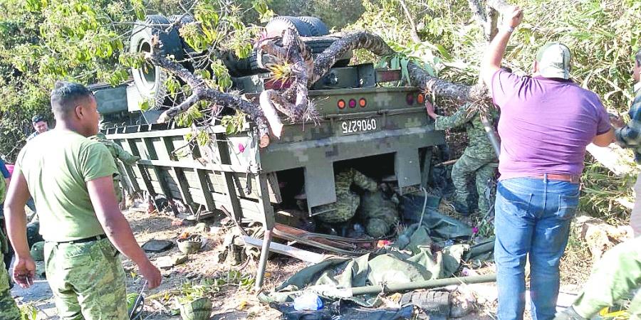 Vuelca camión de la Guardia en Oaxaca; hay siete muertos