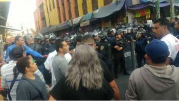 Comerciantes y policías chocan en Eje Central Lázaro Cárdenas