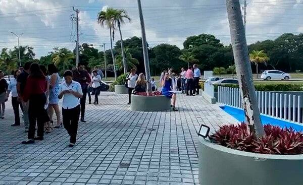 Turistas desalojan un centro comercial en Cancún al momento del sismo