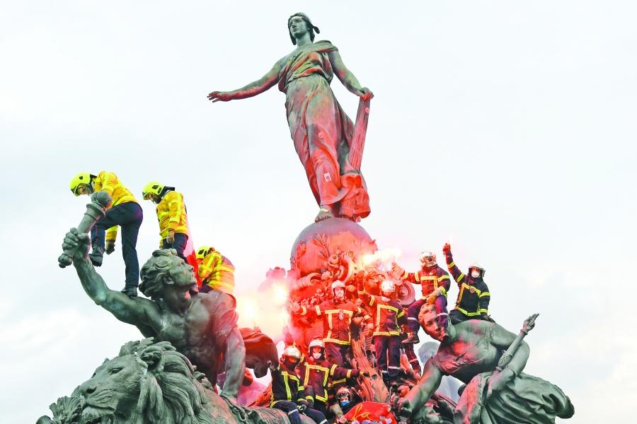 Manifestantes se prenden fuego en París