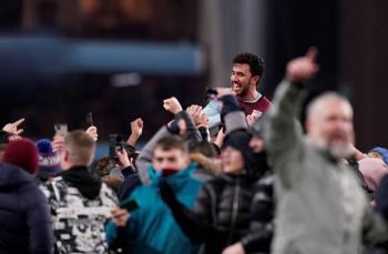 Aston Villa festeja con su afición tras clasificar a la final de la Carabo Cup