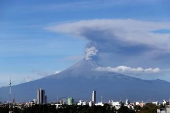 Internautas ven OVNIS en la explosión de anoche del Popocatépetl. ¿Qué opinas?