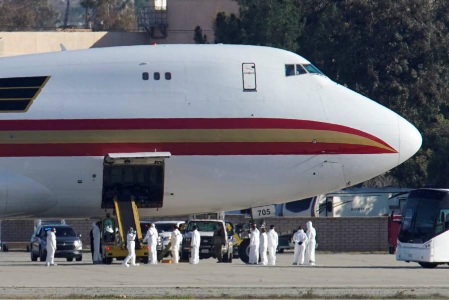 Avión con 200 estadounidenses evacuados de Wuhan aterriza en California
