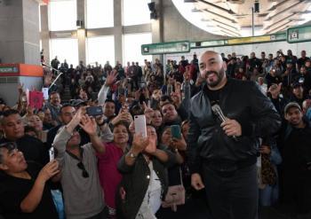 Lupillo Rivera ofrece concierto sorpresa en el Metro San Lázaro