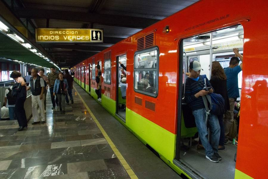 Muere una persona al arrojarse a las vías del Metro La Raza