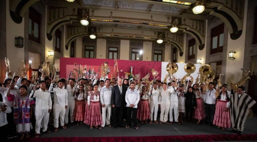 A ritmo de sones oaxaqueños, AMLO entrega instrumentos musicales