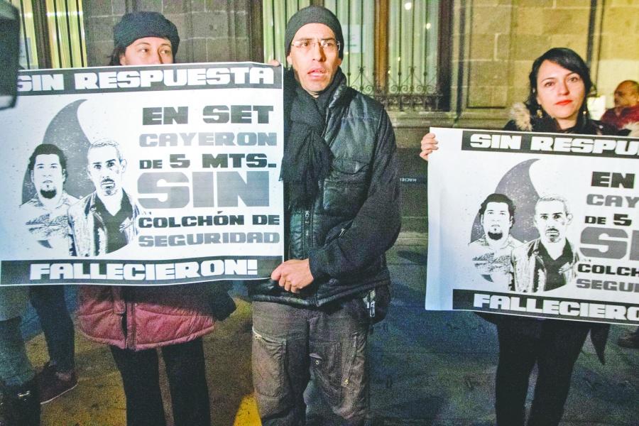 Por muerte de dos actores, actores arman protesta en Palacio Nacional