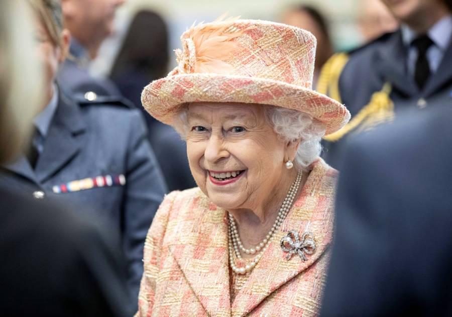 Reina Isabel II hace primera aparición desde salida de Harry