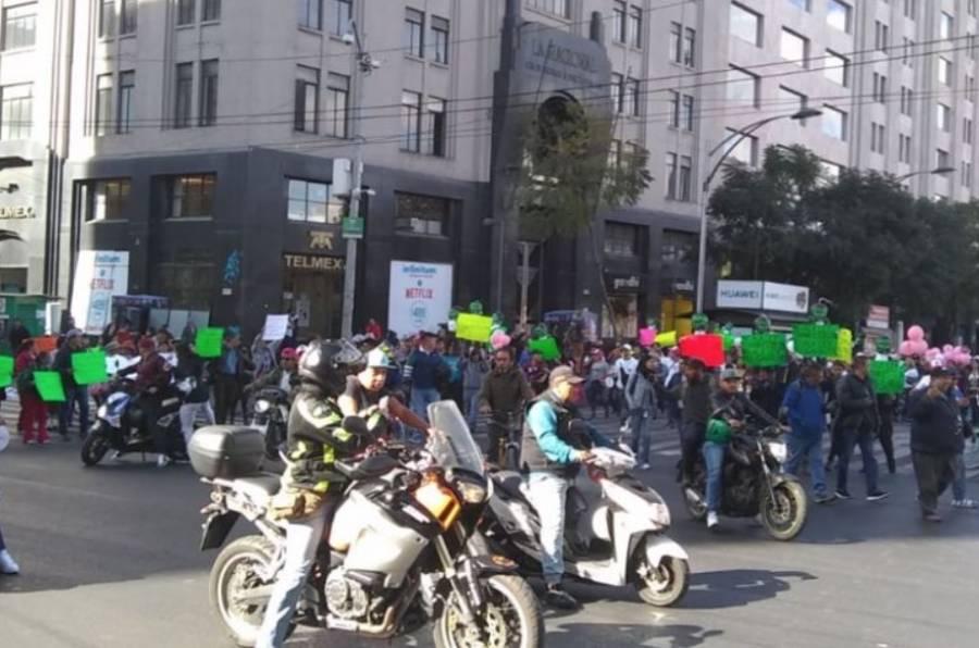 Comerciantes informales marchan hacia el Congreso de la CDMX